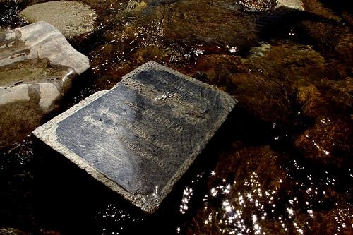 Grabstein im Fluss
