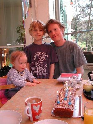 Jan, Tim, Papa und ein Geburtstagskuchen