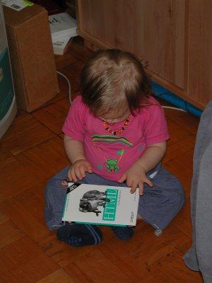 Tim lernt HTML. Er ist 17 Monate alt